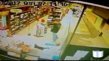 Polícia procura homens que assaltaram supermercado em São José - Crime aconteceu no começo da manhã desta quinta.