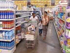 Mercados de bairro ajustam estratégias para concorrer com grandes empresas - Entre as formas de concorrência, preço e qualidade no atendimento.