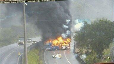Criminosos armados incendeiam ônibus em rodovia - Polícia Militar em Cubatão diz que pelo menos 30 pessoas tentaram roubar condutores na Padre Manoel da Nóbrega.