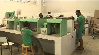 Oficina de artesanato com mármore e granito revela talentos em Venda Nova do Imigrante, ES - Jovens transformam material bruto em peças de arte.