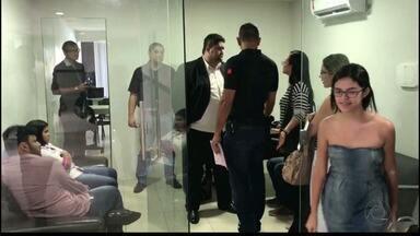 Grupo é preso vendendo imóveis sem registro no CRECI - O grupo atuava em um escritório dentro de shopping da capital, onde tinha suporte de um corretor regularizado, que foi autuado junto com o grupo.