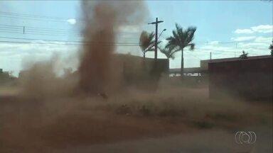 Morador se impressiona com redemoinho de poeira na quadra 508 Norte em Palmas - Morador se impressiona com redemoinho de poeira na quadra 508 Norte em Palmas