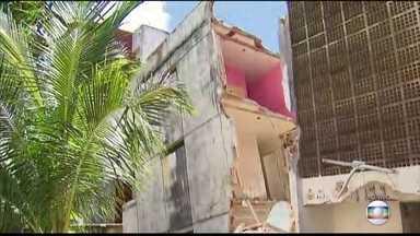 Famílias se arriscam para retirar pertences de prédio que rachou ao meio - Sem ter para onde ir, muitos invadiram outros edíficios condenados.