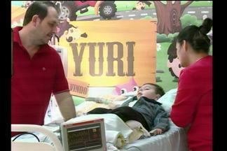 Após quatro anos vivendo dentro do hospital, o menino Yuri vai pra casa - A família decidiu levar Yuri para casa, mesmo sem recursos públicos para financiar o tratamento domiciliar.