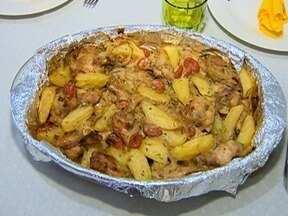 'Receita de Família' ensina a preparar frango com batata e cebola - Prato também leva tomate-cereja.