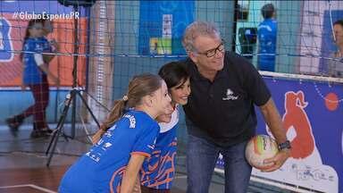 De olho no futuro do esporte, Bernardinho visita projeto em Curitiba - Multicampeão no vôlei, treinador volta à cidade que o acolheu por quase dez anos para conhecer jovens que estão se destacando no esporte