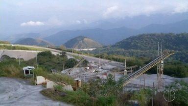 TCU mantém paralisação das obras da nova subida da Serra de Petrópolis - Órgão aponta indícios de superfaturamento e sobrepreço no orçamento e afirma que projetos na BR-040, trecho no RJ, estão desatualizados e deficientes. Obras estão paradas desde 2016.