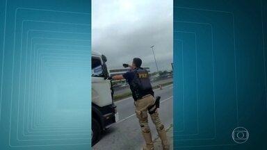 PRF impede roubo de caminhão, na rodovia Washington Luiz - Assaltante liberou refém e se entregou aos policiais, A carga de iogurtes foi recuperada.