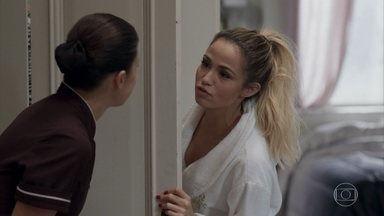 Sandra Helena pede ajuda de Cíntia para escolher roupa - A loira está deslumbrada