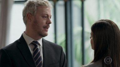 Luíza pressiona Douglas - Ele prefere não contar nada e deixa a amiga ainda mais desconfiada