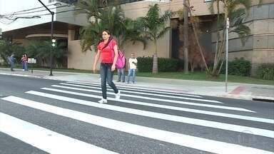 Sinais de trânsito e faixas de pedestre são instalados na Av. Cristiano Machado, em BH - Objetivo é diminuir o número de atropelamentos.