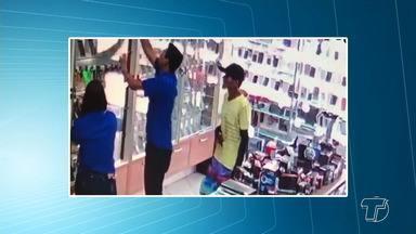 Assalto à loja de celulares no Centro - Bandidos assaltaram uma loja de celulares no centro comercial. A ação, que durou apenas cinco minutos, foi o suficiente para que os ladrões levassem mais de trinta aparelhos. Os bandidos foram presos.