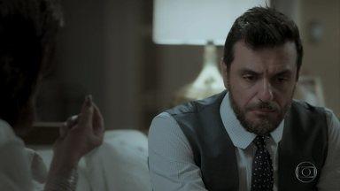 Caio fica intrigado com brinco de Irene - Advogado questiona o pai sobre documento que ele assinou abrindo mão de sua participação na empresa da família