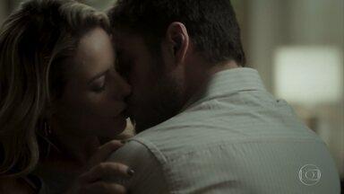 Zeca e Jeiza se beijam - Policial alerta que Ruy provavelmente não sabia da armação de Ritinha e aconselha o caminhoneiro a manter segredo sobre o que descobriu
