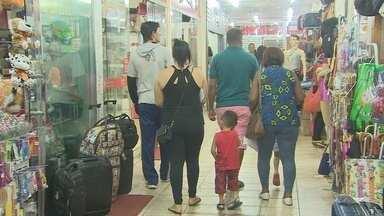 Na véspera do Dia dos Pais, consumidores vão às compras em Macapá - Na véspera do Dia dos Pais, apesar da grana curta, muitas pessoas foram às compras. Era muita gente dê olho nos preços e nas promoções para agradar o paizão.