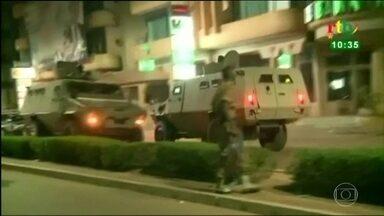 Ataque terrorista mata 18 pessoas e fere 12 na capital de Burkina Faso, no oeste da África - Dois atiradores abriram fogo contra os clientes de um restaurante por volta das nove da noite de domingo.
