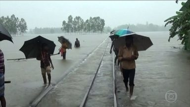 Enchentes matam centenas de pessoas na Ásia e na África - A pior situação é em Serra Leoa, no oeste africano. Um porta-voz da Cruz Vermelha disse que mais de 300 pessoas morreram em deslizamentos de terra.