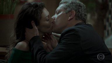 Joyce e Leandro se beijam - Socialite recebe declaração de amor e promete pensar em proposta de casamento