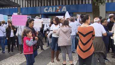 Bancários aposentados protestam, em Curitiba - Eles acusam que há um rombo na previdência dos funcionários da Caixa Econômica Federal.