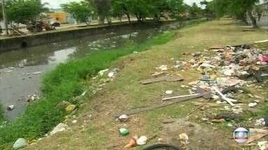 Lixo acumulado no Canal do Arruda é problema recorrente - Parte da culpa é da população, que segue jogando entulho e sacos nas margens. Móveis devem ser encaminhados para Ecopontos.