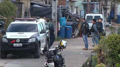 Polícia faz operação contra tráfico de drogas, em Curitiba - Operação ocorreu na Vila Torres, um bairro violento da capital.