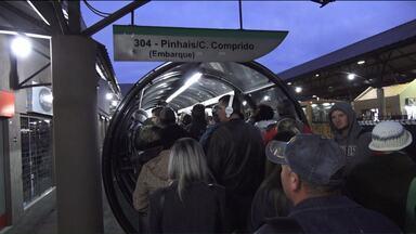Passageiros reclamam de lotação em ônibus que sai de Pinhais para Curitiba - Algumas pessoas disseram que uma linha que saía do Terminal de Pinhais para o bairro Capão da Imbuia foi extinta, o que deixou os outros ônibus muito cheios.