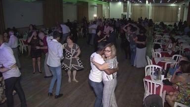Centro Espanhol recebe público animado em baile - Baile Viver Bem é feito todas as quintas-feiras.