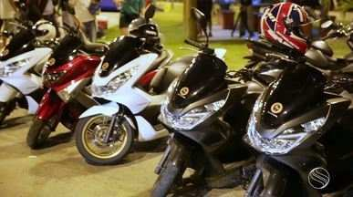 Fernanda Pinheiro bate um papo com uma turma que se amarra em pilotar scooter - O grupo realiza encontros na capital sergipana.