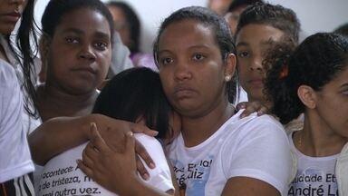Mototaxista do Jacarezinho é enterrado - Ele morreu na última quarta-feira. Comunidade voltou a ter tiroteios pelo oitavo dia seguido. Moradores já estocam comida em casa pra evitar sair na rua.