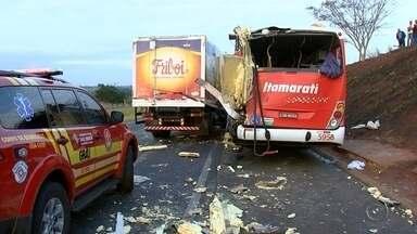 Ônibus e caminhão se envolvem em acidente na rodovia Assis Chateaubriand - Um ônibus e um caminhão se envolveram em um acidente na tarde desta sexta-feira (18) na rodovia Assis Chateaubriand, no trecho de São José do Rio Preto (SP). O caminhão frigorífico bateu na traseira de um ônibus.