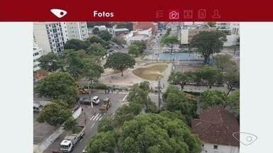 Praça do Cauê, em Vitória, é interditada para início de reforma - Equipe começou hoje os trabalhos para retirada dos muros.