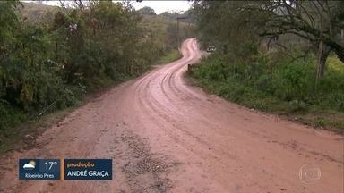 Clima chuvoso causa prejuízos e preocupa moradores da zona rural de Itapevi - Parte da estrada de terra que dá acesso à Vila Belmira, na zona rural de Itapevi, ficou intransitável. Os moradores ficam sem coleta de lixo e transporte público.