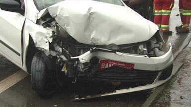 Acidente deixa três feridos na Avenida Souza Naves, em Ponta Grossa - Caminhão e táxi bateram. Os três passageiros do veículo ficaram feridos.
