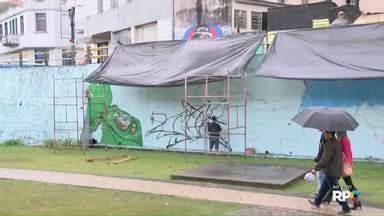 Nem a chuva atrapalha grafiteiros em festival - Muro da Estação Saudade, em Ponta Grossa, está sendo colorido por vários artistas.