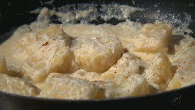 Kassab ensina receita de acompanhamento feito de mandioca - Confira os ingredientes e o modo de preparo do prato.