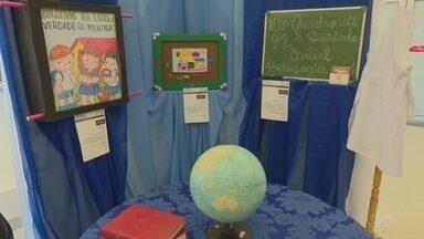Exposição mostra avanço de equipamentos tecnológicos na educação - São diversos itens como televisão, quadro de giz, régua, computadores, caixas de som, videogames e jogos.