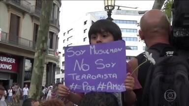 Moradores de Barcelona prestam homenagens às vítimas de atentados - Taxistas fizeram carreata pelas ruas da cidade em homenagem.Rei e rainha da Espanha visitaram vítimas nos hospitais.