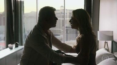 Allan não consegue convencer Jeiza a ficar em Los Angeles - A policial decide voltar ao Brasil para ajudar Zeca