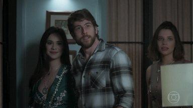 Duda chega com Amaro à casa de Cibele, e Anita vai embora - Filha de Dantas tenta promover a reconciliação do casal