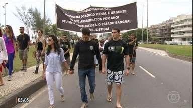 Homenagens e protestos marcam um dia sem tiroteios no Jacarezinho - Depois de uma semana de confrontos entre policiais e traficantes, moradores tiveram um dia sem violência na comunidade no RJ.