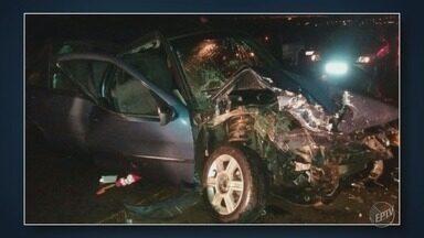 Acidente na Estrada Ivo Macris, em Americana, deixa cinco feridos - Um carro bateu de frente com outro. Chovia no momento do acidente.