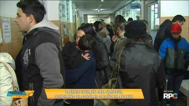 Pacientes fazem fila para conseguir atendimento no CISOP, em Cascavel - O consórcio atende 25 cidades da região e realiza 700 consultas por dia, mas o espaço onde funciona atualmente é pequeno pra tanta gente.