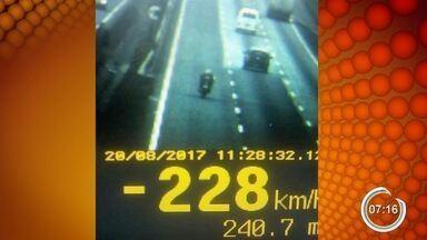 Polícia flagra motociclistas a mais de 200 km/h na Fernão - Motociclista trafegava com o dobro da velocidade permitida, multa é de R$ 880. Além dele, outros 330 motoristas foram flagrados em ação da PRF.