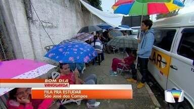 Pais de alunos passam o fim de semana na frente de escola em São José - Eles buscam vaga para os filhos no ano que vem.