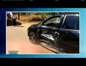Motociclista morre e adolescente fica ferido em acidente na BR-116, em Inhapim - Segundo a Polícia Militar Rodoviária, o motociclista bateu em um carro, que fazia uma conversão na pista.