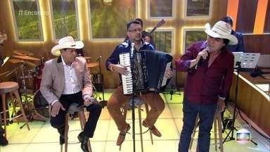 Trio Parada Dura canta 'As Andorinhas' - Plateia e convidados acompanham o trio no clássico