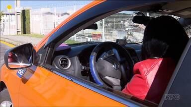 Taxistas cobram R$5,00 por corrida, em Curitiba, para protestar contra Uber e Cabify - Os motoristas reclamam que a concorrência dos aplicativos reduziu pela metade o rendimento dos taxistas.