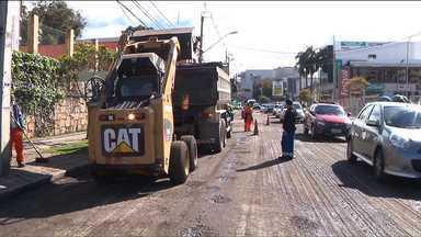 Obras de recuperação no asfalto alteram trânsito e linhas de ônibus na rua Mateus Leme - Motoristas e passageiros de ônibus devem ficar atentos aos bloqueios e mudanças no trajeto de algumas linhas. Veja quais são.