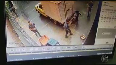 Circuito de segurança registra perseguição da polícia a suspeitos de sequestro em Campinas - O caso aconteceu na manhã de sábado (19). O casal acabou encontrado em um cativeiro, e foram levados para delegacia para prestar depoimento.
