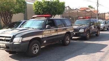 Suspeito de tentar roubar carro é baleado e morto por policial civil em BH - Dois homens em uma motocicleta roubaram o celular de mulher que caminhava e, em seguida, tentou pegar o carro de um policial. Outro reagiu e atirou no criminoso.
